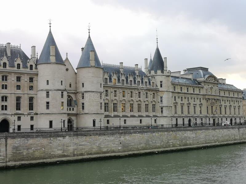 Vista della Senna e del palazzo della città fotografia stock libera da diritti