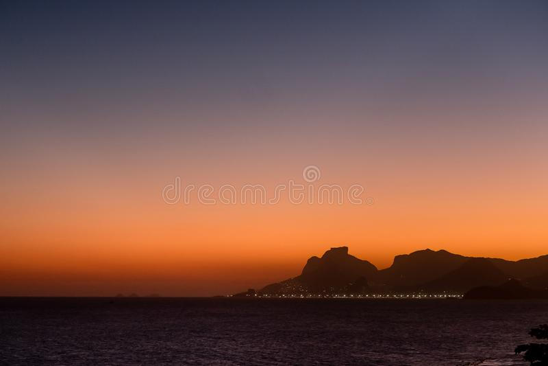 Vista della siluetta di tramonto della pietra di Gavea in Rio de Janeiro visto dalla spiaggia di Itacoatiara Niteroi, Rio de Jane immagine stock