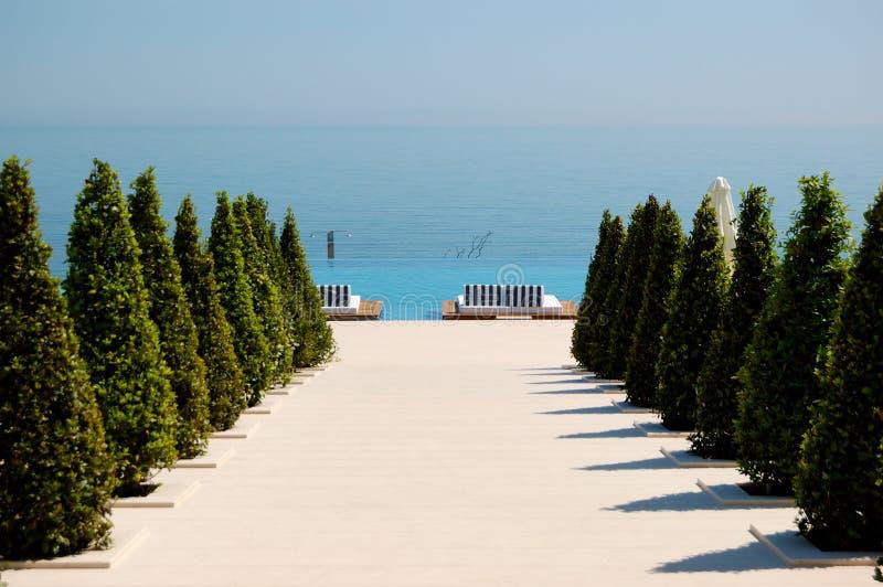 Vista della spiaggia all'albergo di lusso moderno fotografie stock