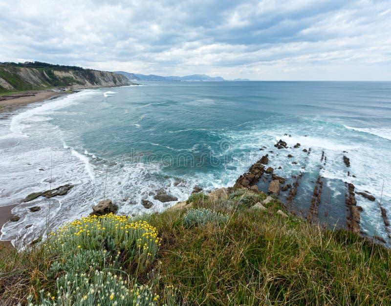 Vista della spiaggia Azkorri o di Gorrondatxe fotografia stock