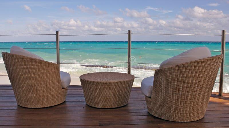 Vista della spiaggia dal balcone fotografia stock