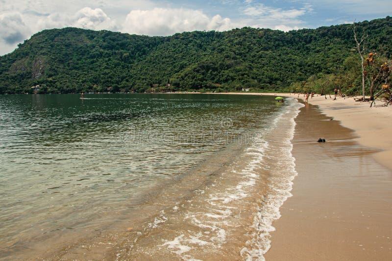 Vista della spiaggia, del mare e della foresta il giorno nuvoloso in Paraty Mirim immagini stock