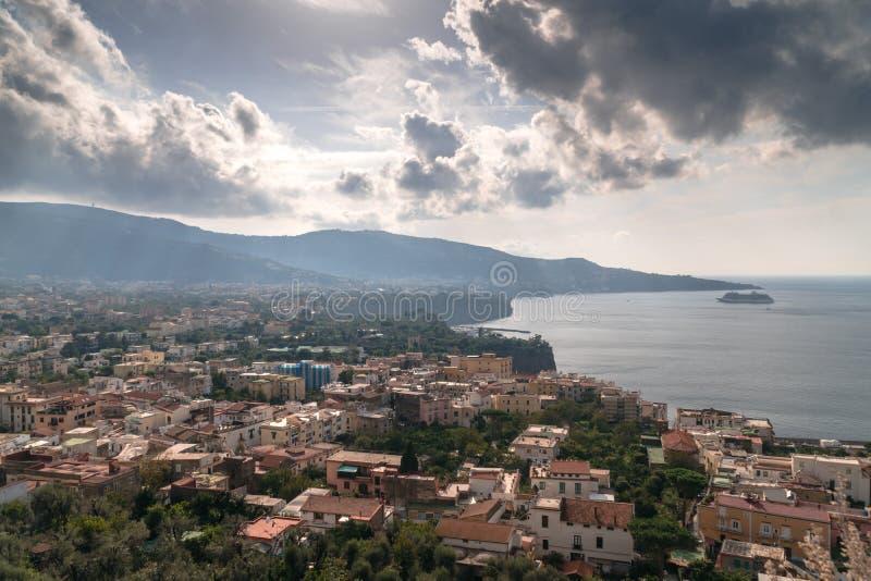 Vista della spiaggia del Meta della costa di Sorrento, concetto di viaggio, spazio per testo fotografia stock