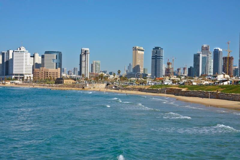 Vista della spiaggia della città a Tel Aviv fotografia stock libera da diritti