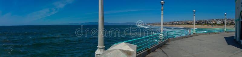 Vista della spiaggia di California del sud dal pilastro su panorama di giorno soleggiato fotografia stock libera da diritti