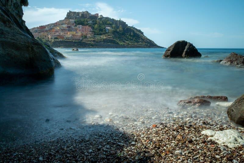 Vista della spiaggia di Castelsardo con il mare fotografia stock libera da diritti