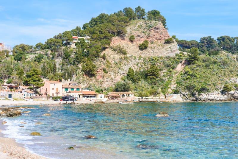 Vista della spiaggia di Isola Bella in Taormina, Sicilia, Italia fotografia stock