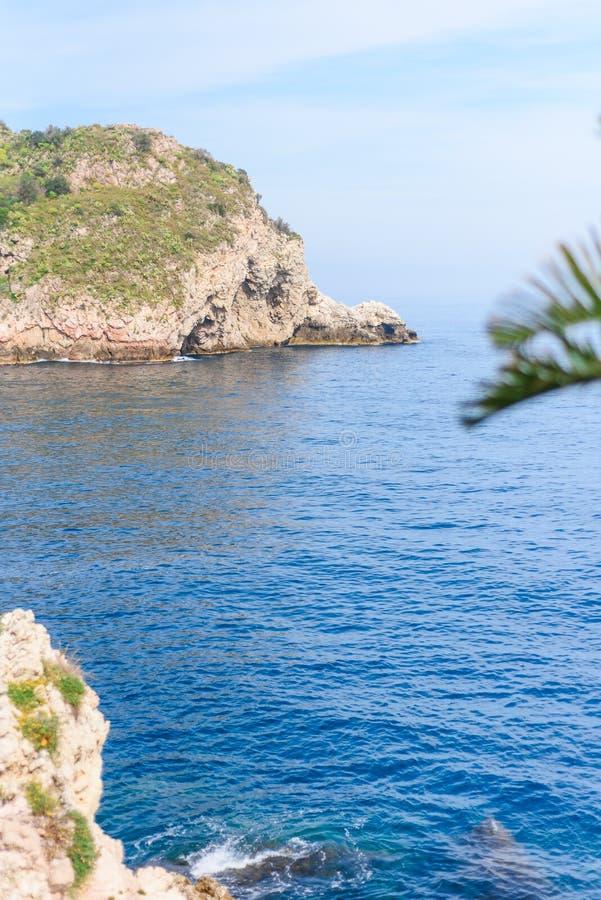 Vista della spiaggia di Isola Bella in Taormina, Sicilia, Italia fotografie stock libere da diritti
