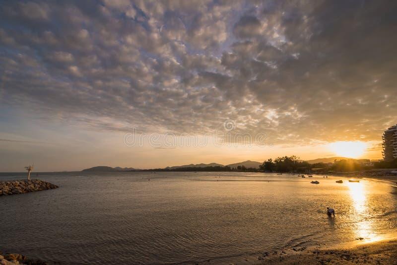 Vista della spiaggia di Khao Takiab nel tramonto a Prachuab Khirikhan, Th immagini stock