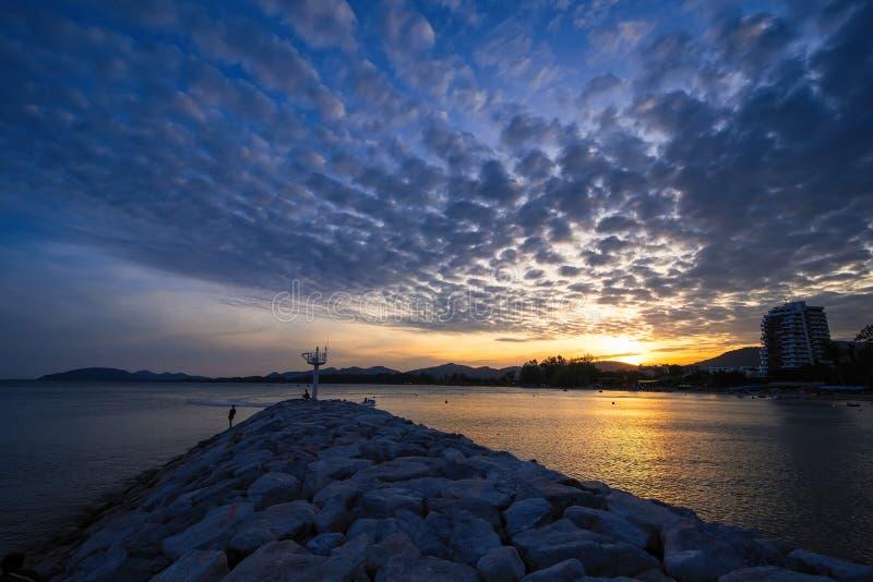Vista della spiaggia di Khao Takiab nel tramonto a Prachuab Khirikhan, Th fotografia stock
