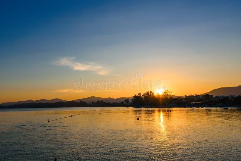 Vista della spiaggia di Khao Takiab nel tramonto a Prachuab Khirikhan, Th fotografia stock libera da diritti
