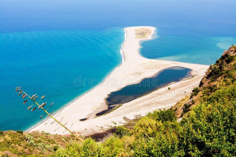 Vista della spiaggia di tindari in Sicilia immagini stock libere da diritti