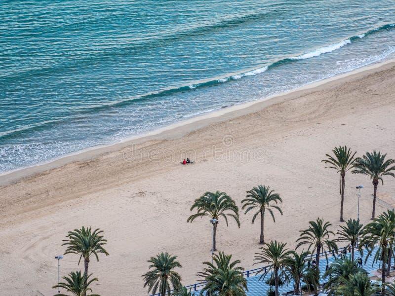 Vista della spiaggia e del mare da sopra fotografia stock