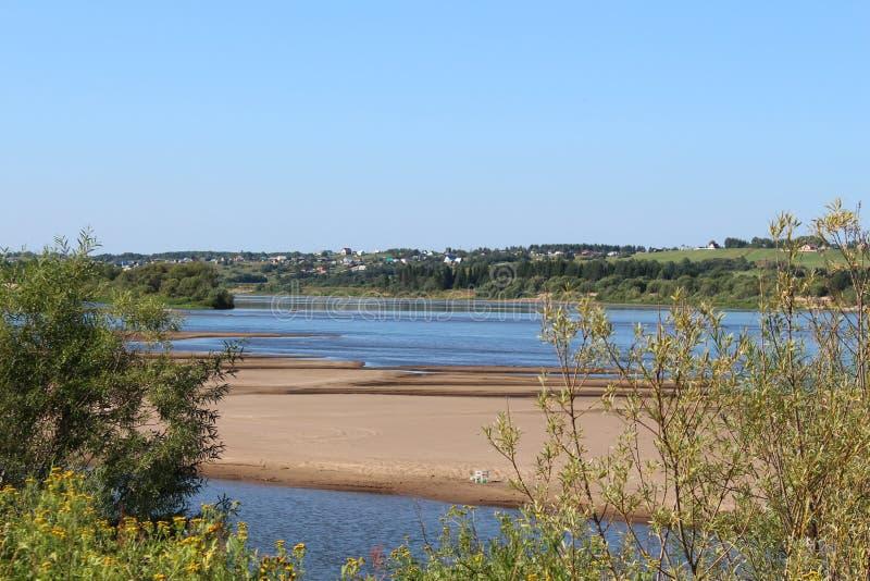 Vista della spiaggia e del villaggio fotografia stock libera da diritti