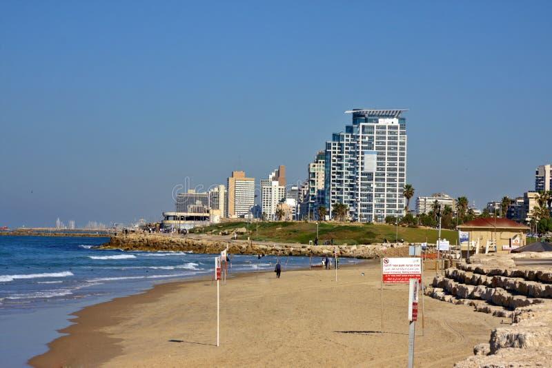 Vista della spiaggia e delle costruzioni della città immagine stock