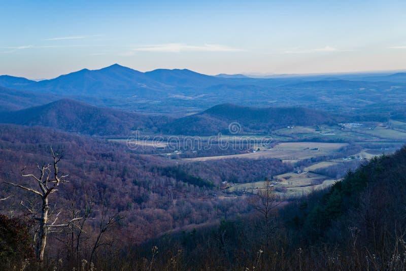 Vista della spina dorsale dei diavoli e del Piemonte della Virginia, U.S.A. immagini stock