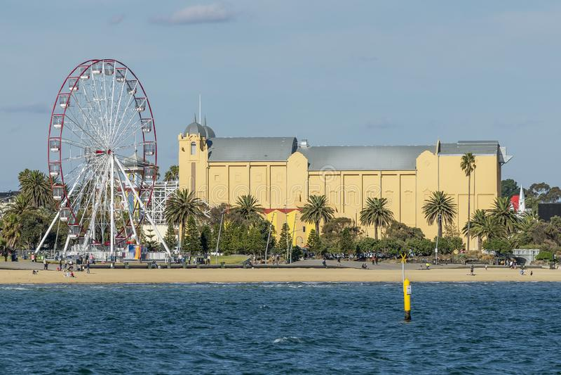 Vista della st Kilda dal pilastro con la spiaggia, la ruota panoramica ed il teatro, Melbourne, Australia fotografia stock libera da diritti