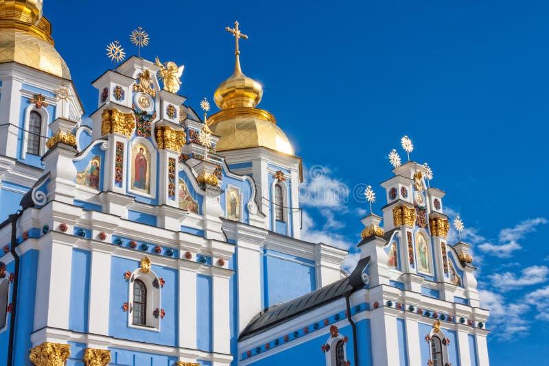 Vista della st Michaels Golden-Domed Monastery con la cattedrale ed il campanile veduti a Kiev immagini stock