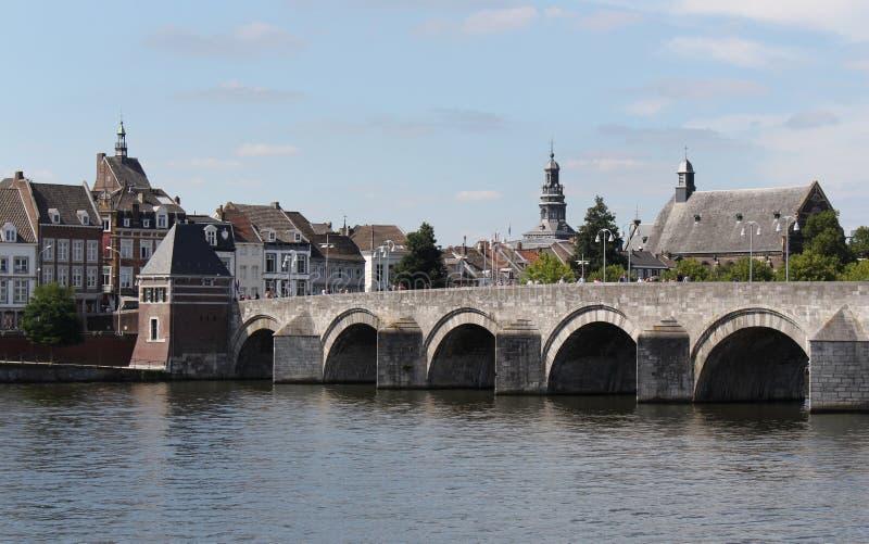 Vista della st Servatius Bridge un giorno soleggiato, Maastricht, Paesi Bassi, Limburgo fotografia stock libera da diritti