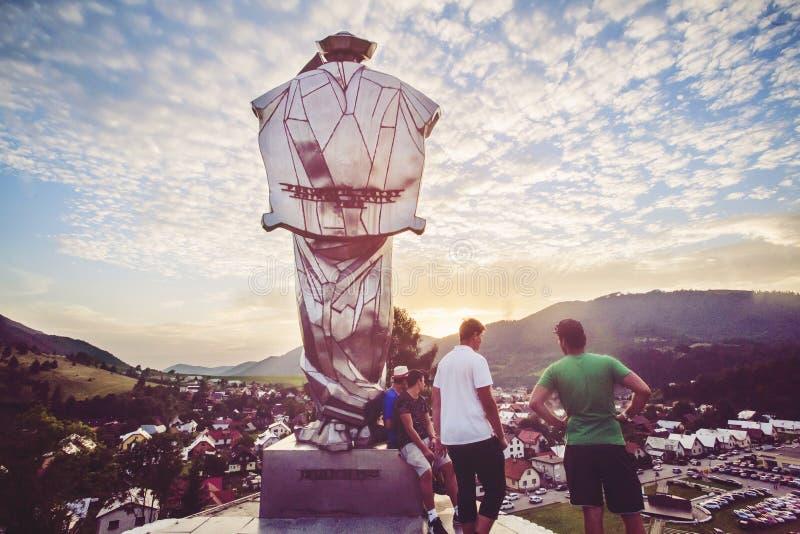 Vista della statua di Juraj Janosik, città di Terchova, Slovacchia fotografie stock