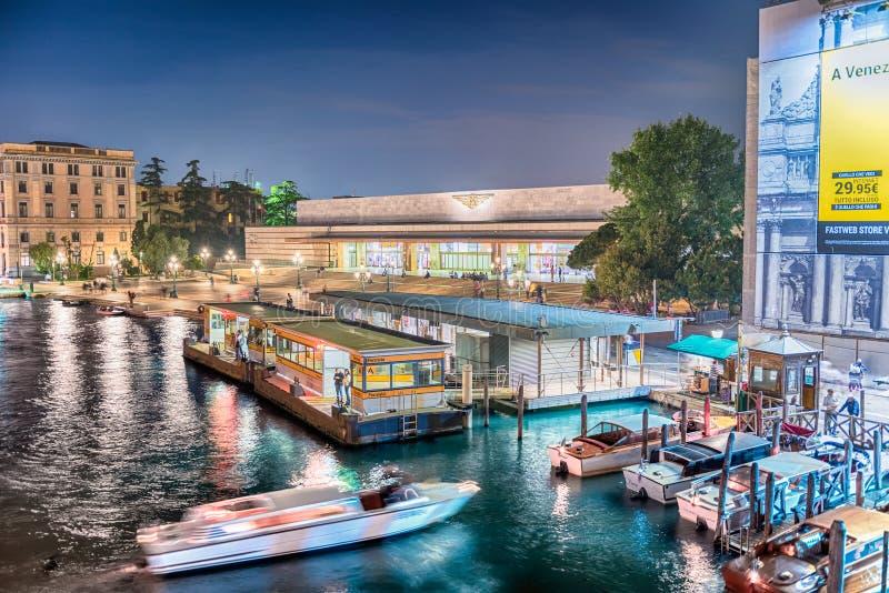 Vista della stazione centrale da Grand Canal, Venezia, Italia fotografia stock libera da diritti