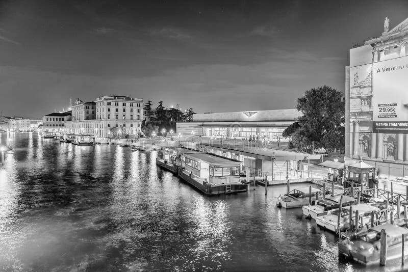 Vista della stazione centrale da Grand Canal, Venezia, Italia fotografie stock libere da diritti