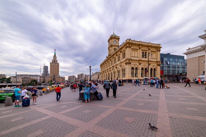 Vista della stazione ferroviaria di Leningradsky, quadrato di Komsomolskaya, hotel Leningradskaya, a Mosca immagine stock libera da diritti