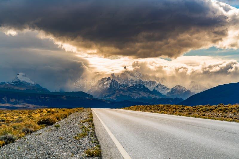 Vista della strada al EL Chalten con il supporto Fitz Roy nella foschia fotografie stock libere da diritti