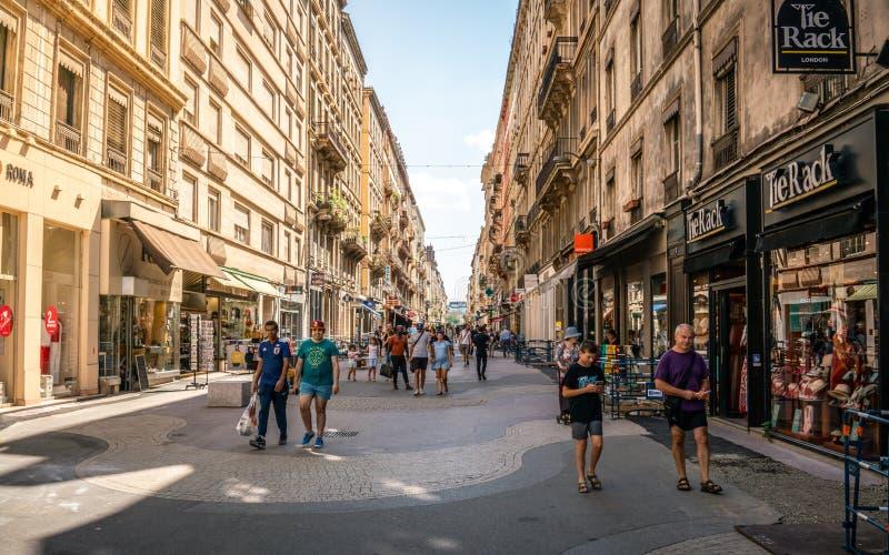 Vista della strada dei negozi pedonale di Victor Hugo con la gente il giorno di estate circondario Francia di Lione in secondo fotografia stock libera da diritti