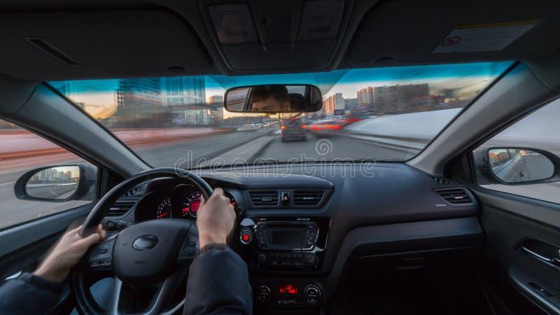 Vista della strada di città di giorno dall'interno dell'automobile fotografie stock