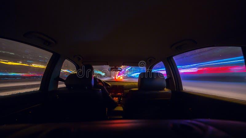 Vista della strada di notte dall'interno dell'automobile fotografia stock