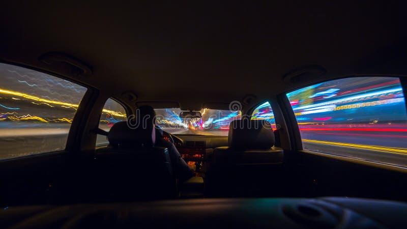 Vista della strada di notte dall'interno dell'automobile fotografia stock libera da diritti