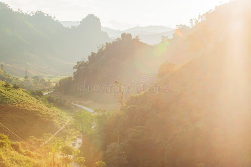 Vista della strada e della montagna con il sole che va giù laos fotografia stock libera da diritti