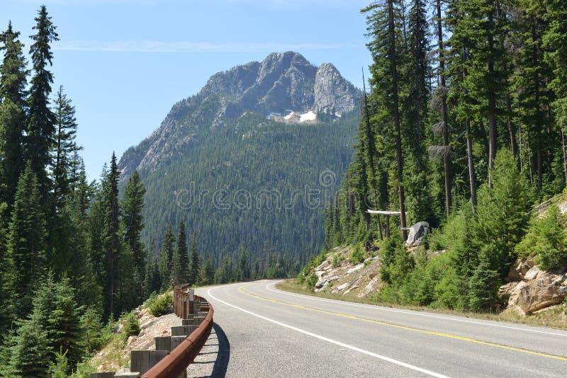 Vista della strada lungo la strada principale 20, Washington State fotografia stock libera da diritti