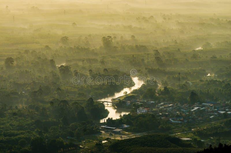 Vista della Tailandia del sole di mattina della foto della montagna sulla cima della collina con i bei tramonti Si Thammarat Chaw fotografie stock