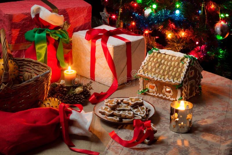 Vista della tavola di Natale con i presente immagini stock libere da diritti