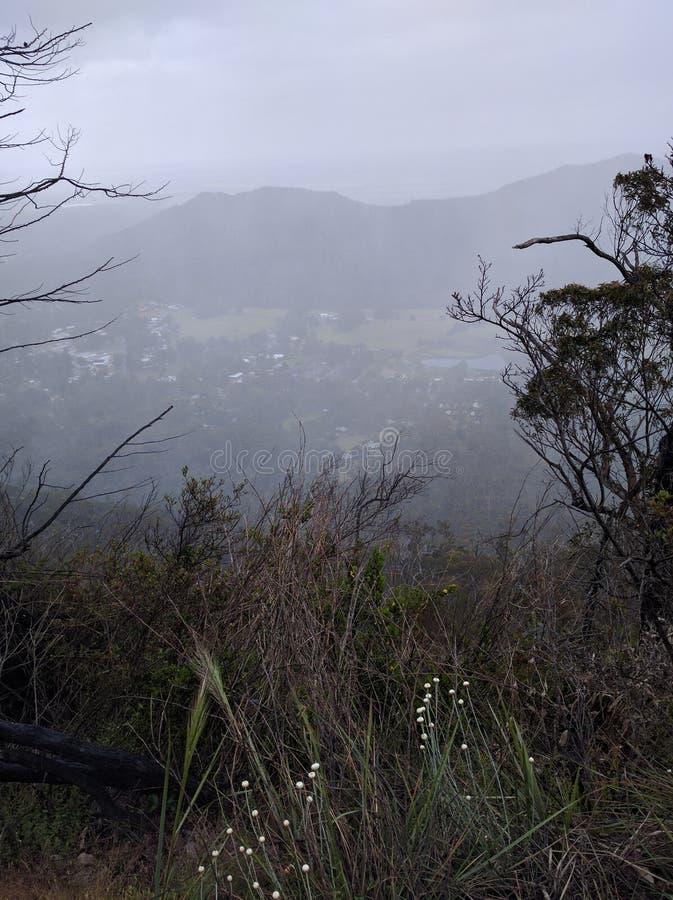 Vista della tempesta di pioggia fuori dalla montagna fotografia stock