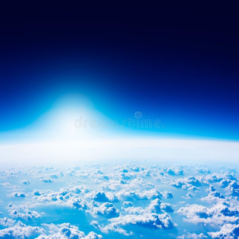 Vista della terra da spazio Cielo e nubi blu scuro fotografia stock libera da diritti