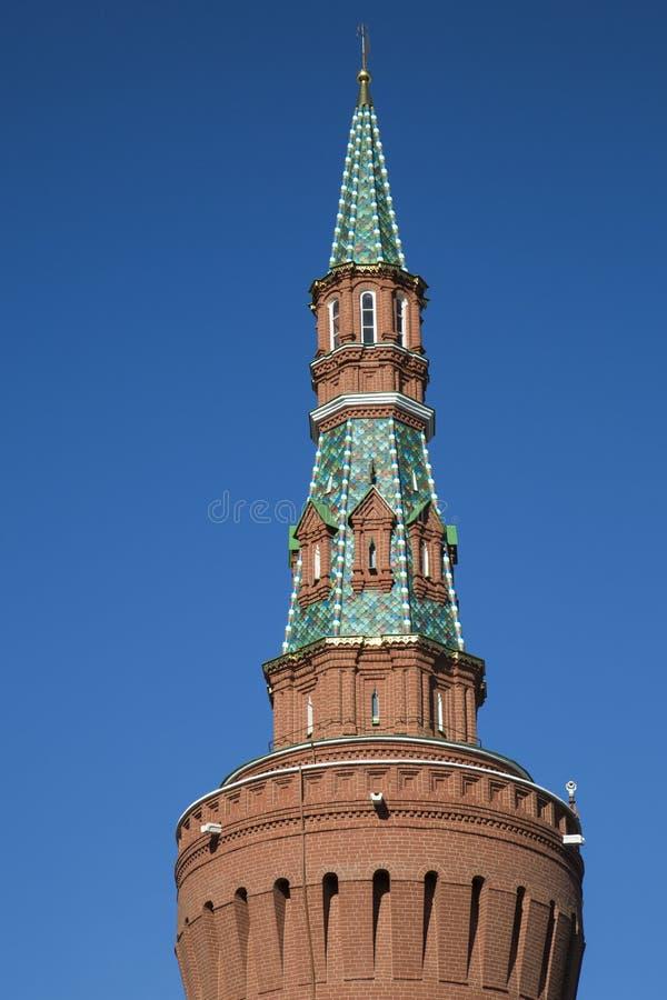 Vista della torre di Beklemishevskaya del Cremlino di Mosca un chiaro giorno soleggiato fotografie stock