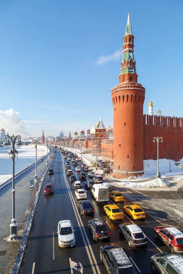 Vista della torre di Beklemishevskaya e della strada principale sull'argine del fiume di Moskva lungo le pareti del Cremlino di M fotografia stock libera da diritti