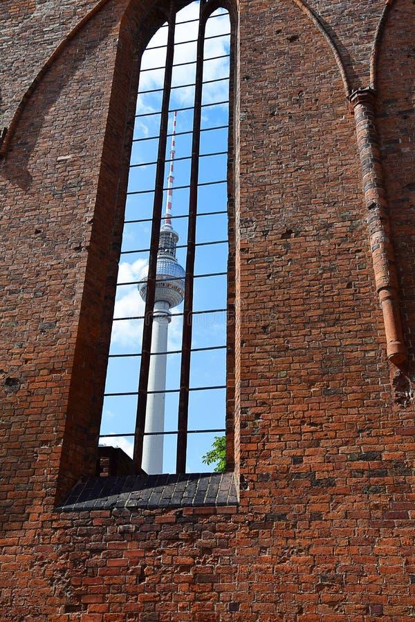 Vista della torre di Berlino TV attraverso la finestra fotografie stock