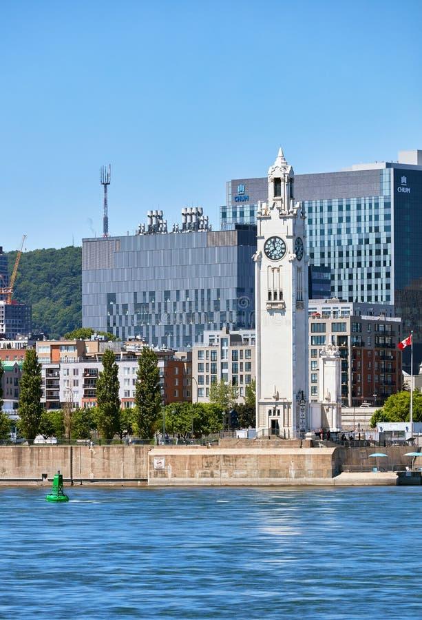 Vista della torre di orologio del marinaio di Montreal e del fiume San Lorenzo commemorativi a Montreal, Quebec, Canada immagini stock libere da diritti