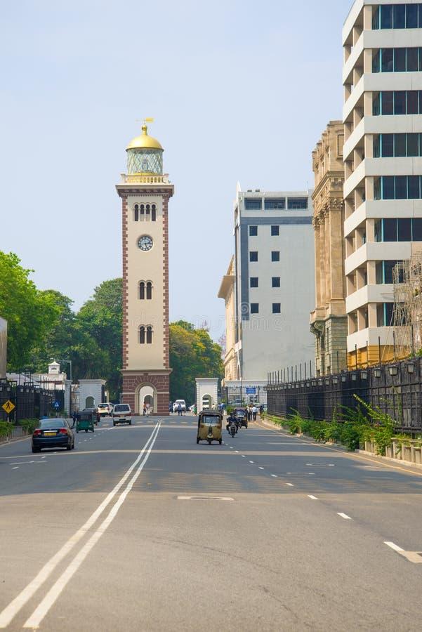 Vista della torre di orologio nel centro urbano colombo fotografie stock