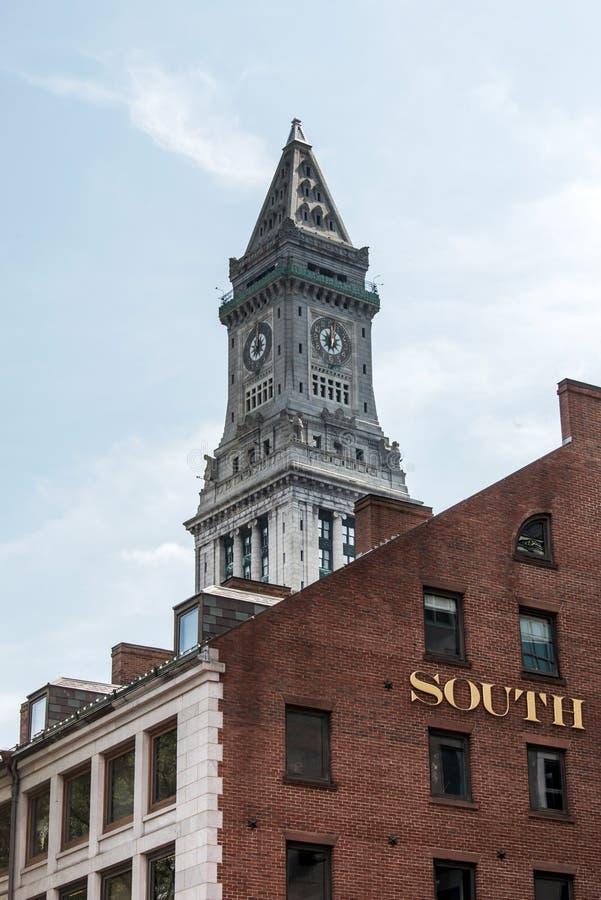 Vista della torre di orologio storica del grattacielo della dogana nell'orizzonte di Boston Massachusetts U.S.A. fotografia stock