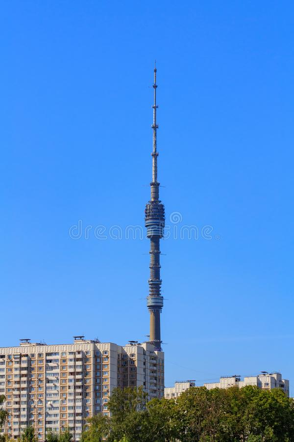 Vista della torre di Ostankino TV a Mosca su un fondo degli alberi verdi e degli edifici alti nella mattina soleggiata di estate fotografie stock