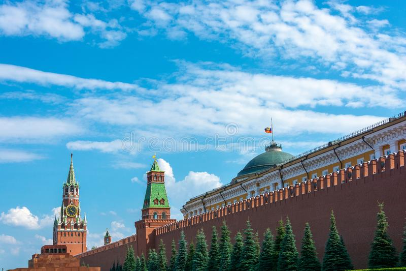Vista della torre di Spasskaya del Cremlino di Mosca contro un cielo nuvoloso fotografia stock