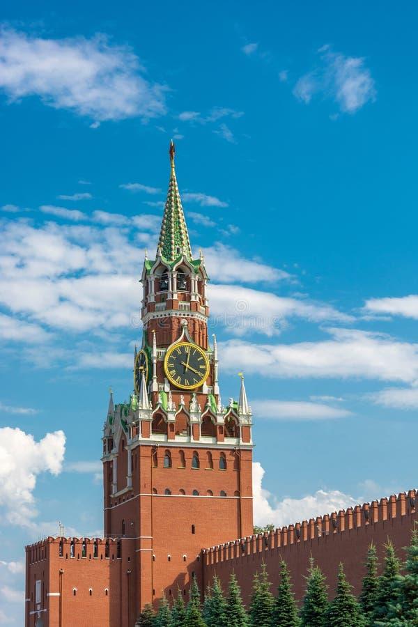 Vista della torre di Spasskaya del Cremlino di Mosca contro un cielo nuvoloso immagini stock