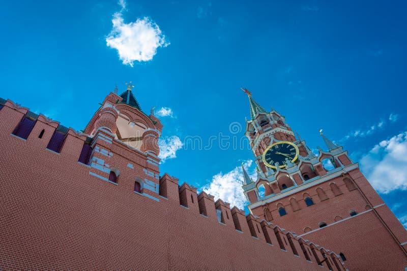 Vista della torre di Spasskaya del Cremlino di Mosca contro un cielo nuvoloso fotografia stock libera da diritti