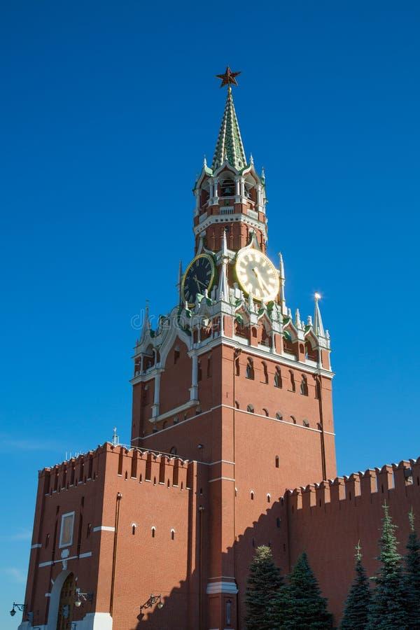 Vista della torre di Spasskaya del Cremlino di Mosca un chiaro giorno soleggiato Quadrato rosso immagini stock libere da diritti