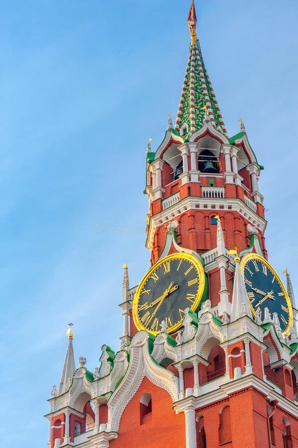 Vista della torre di Spassky e dell'orologio principale del paese sul quadrato rosso immagini stock libere da diritti